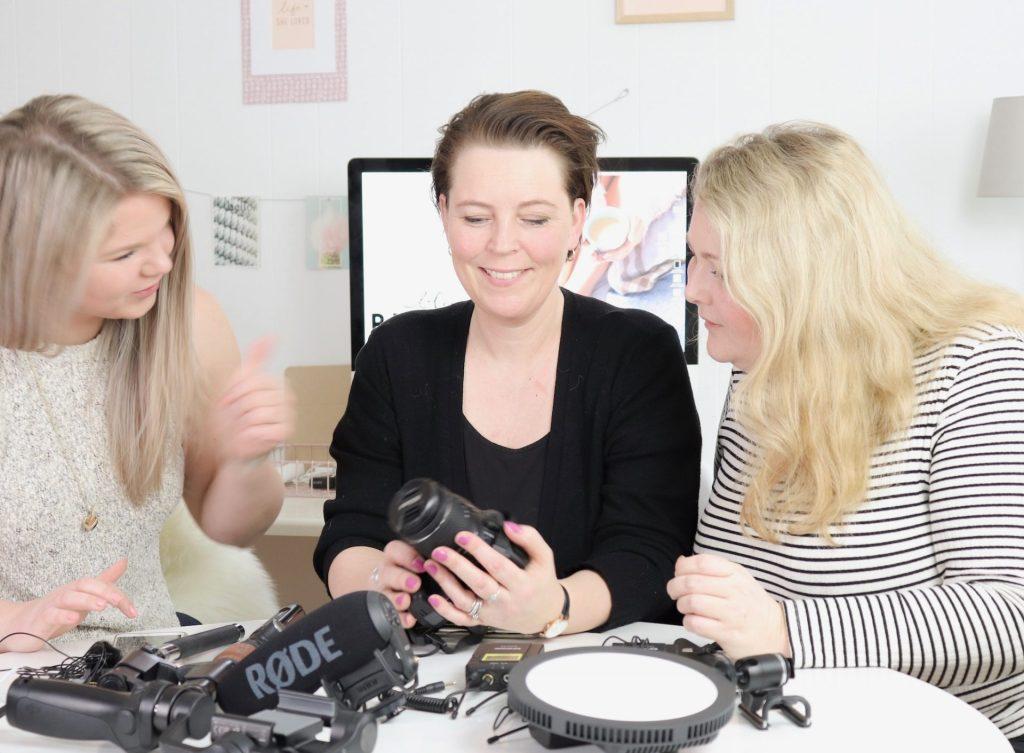 Anja fra Social Media by Heart viser videoudstyr frem